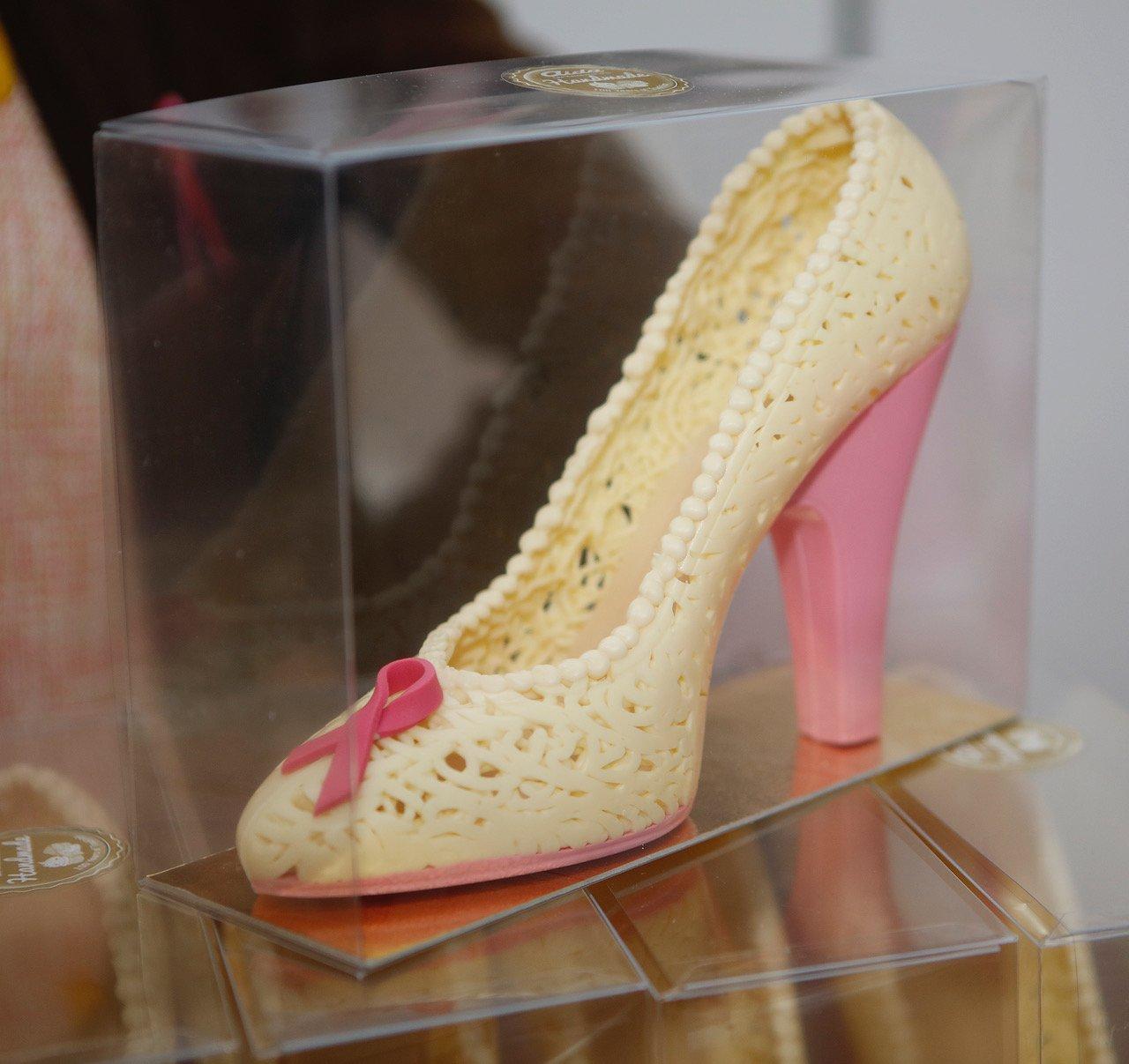 aida-pink-ribbon-schoko-schuh-weiss-rosa_m5s7654